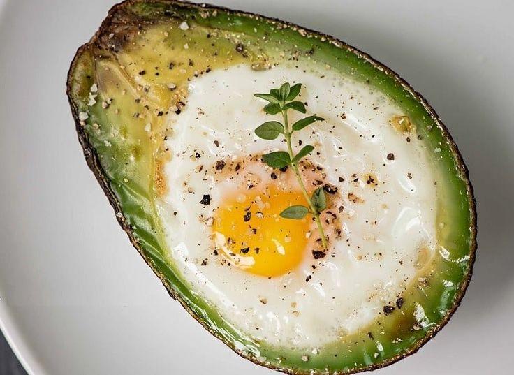 Segredo nenhum: quebrar um ovo dentro de uma metadinha de abacate, deixar 20 minutos no forno e ter o melhor café da manhã, lanche ou jantar da preguiça possível. Veja aqui a receita.