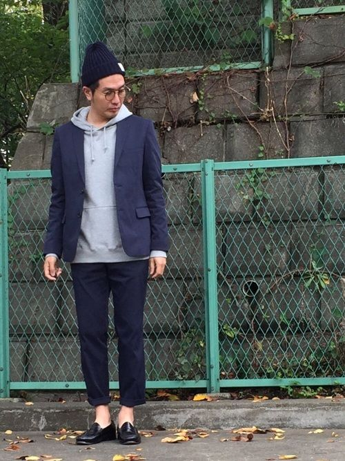 何だろう… ジャケットとパンツがちがう色に見える。
