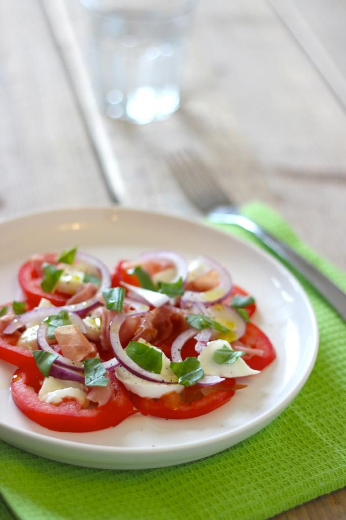 Caprese salade met  rode ui -- Schitterende foto's van een eenvoudige salade!                                  Lekker en Simpel