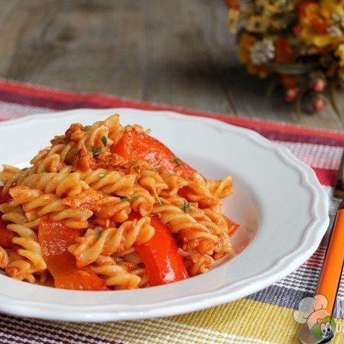 Fusilli con peperoni e tonno : Ingredienti (per 4 persone) 380 grdifusilli(o altro tipo di pasta corta)2peperoni180 grditonno(in scatola)1/2dicipollaq.b.diolio di oliva(extravergine)300 gr passatadipomodoroq.b.disaleq.b.dipepequalche ramettoditimo(fresco) Preparazione Per preparare ifusilli con peperoni e tonnoiniziate a tagliare i peperoni a striscioline di circa 1x5cm, dopo averli lavati e privati del picciolo e dei semi interni. Riscaldate un filo d'olio d'oliva ...