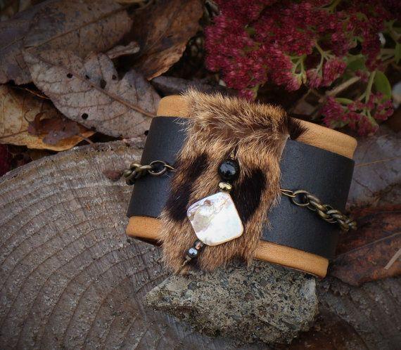 Cadeau pour elle ! Large bracelet manchette en cuir noir et tan et fourrure recyclée pour femmes, ajustable