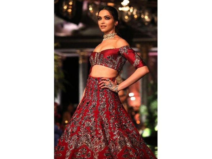 Modelos lucen prendas del diseñador de India Tarun Tahiliani, durante la Semana de la Alta Costura FDCI 2016, en Nueva Delhi (India). / EFE