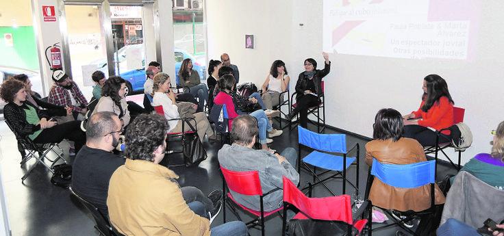 Marta Álvarez de La Gran hablando en Galería Javier Silva, dentro de #Paliquealcubo (blanco)  Hacia el espectador «emancipado» . elnortedecastilla.es