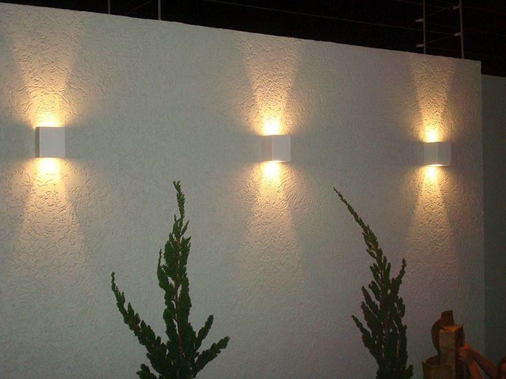 Muro decorado com arandelas externas que possuem tanto um efeito decorativo quanto funcional