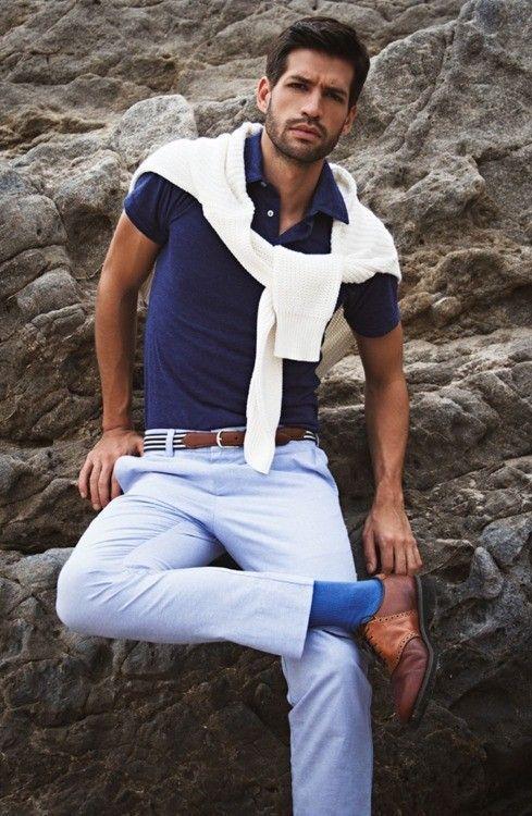 ポロシャツにサマーニットを肩掛けしたメンズコーデ。おすすめのポロシャツメンズ一覧。人気・トレンドのコーデ。