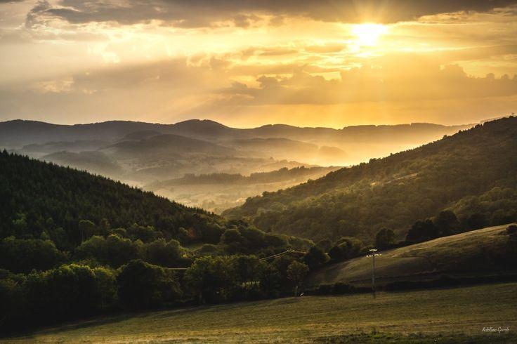 gold hour - un coucher de soleil lors de l'heure d'or dont tous les paysagistes raffolent! la brume venant se mêler a ces lumières dorées vient enrober les montagne comme dans un cocon!