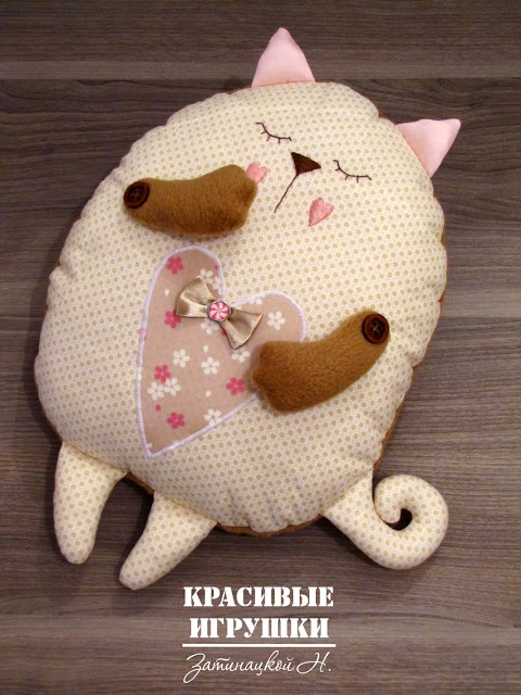 Pillow kitten free pattern and tutorial (can be translated....has a translation button)