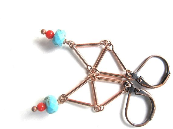 Ik maakte driehoeken met koperen buisjes en hing er een hanger aan van geverfde edelstenen in rood en turkoois.  Je kan deze bellen zelf maken met de gratis tutorial op mijn blog: http://mooisvanme.blogspot.be/2014/09/juwelen-maak-het-zelf-project-oorbellen.html?showComment=1411722169793#c1542895020107683091  Uniek paar bellen!  Ze meten 5 cm van kop tot teen.