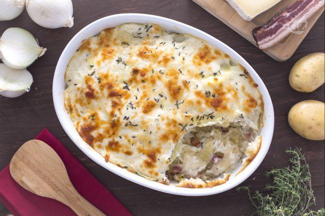 Il pasticcio di patate e pancetta è un piatto unico cotto al forno molto ricco e sostanzioso con patate, pancetta, cipolle e besciamella!