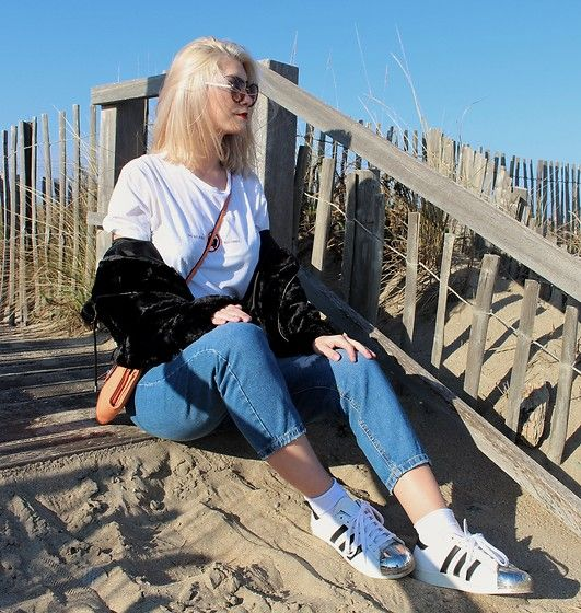 Get this look: http://lb.nu/look/8620557  More looks by Marion Style: http://lb.nu/marionstylee  Items in this look:  Stradivarius Mom Jean, Adidas Superstar, Pull & Bear Fake Fur, Zara T Shirt, New Look Sunnies, Guess Bag   #old school #retro #vintage #oldschool #fashion #fashionblogger #style #outfit #momjean