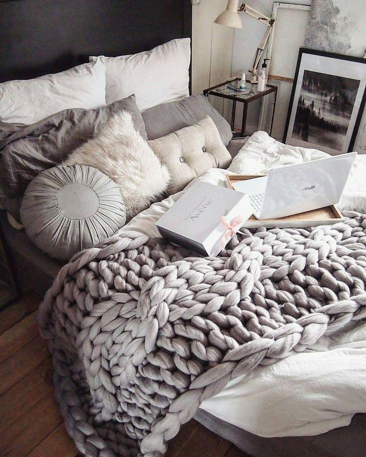 """Polubienia: 269, komentarze: 24 – Wool & fun (@mamachinka) na Instagramie: """"Czas łóżeczka szykować  Śpijcie smacznie i zdrowo!  A tak mój kocyk zdobi sypialnię…"""" #handmade #cozy #beauty #homedecor #chunkyblanket #armknitting"""