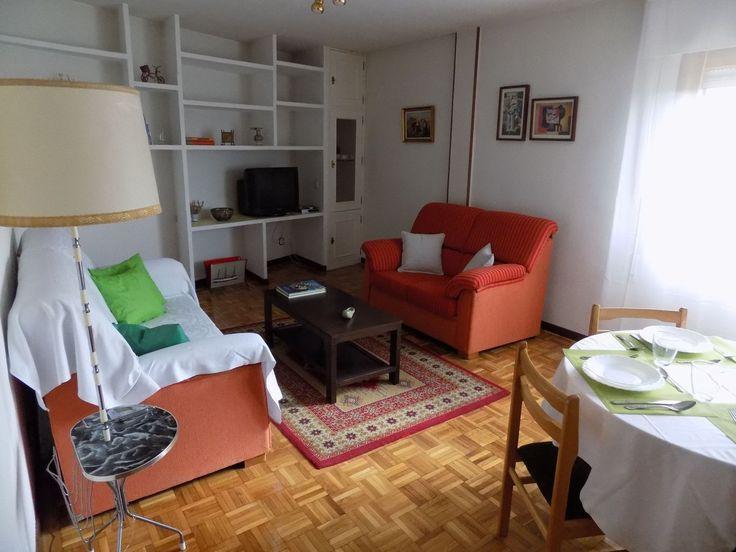 DN-12551 Piso en venta de 3 dormitorios, 2 baños, Trastero y Garaje incluido en la zona de San Lorenzo de Segovia por sólo 140.000 €. Comprar Piso en Segovia en la Zona de San Lorenzo.  Se encuentra en una situación envidiable a 5 minutos del acueducto, una zona perfectamente equipada por cercanía de centros de salud, de enseñanza, supermercados.. .  Amplio piso de 98 m2, distribuido en: - 3 Dormitorios amplios con armarios empotrados. - 2 Baños, uno de ellos completo y el otro aseo. -Cocina…
