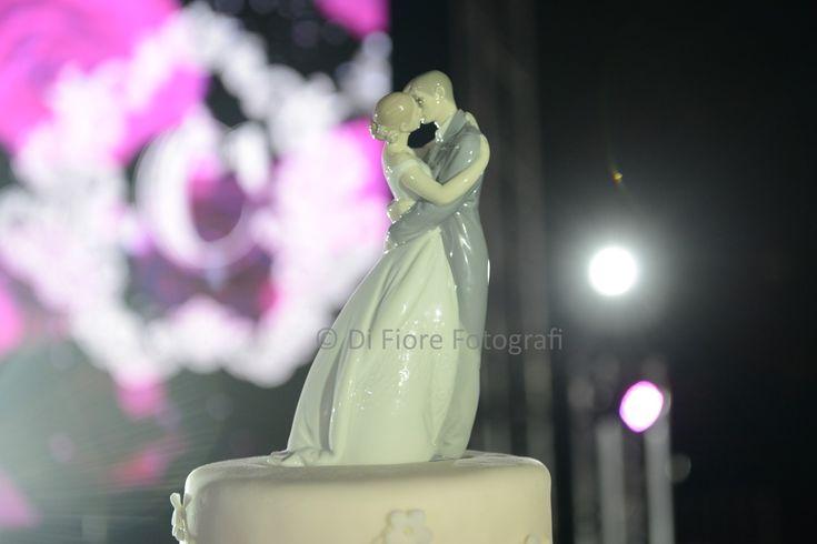Topper cake di Lladrò raffigurante il bacio degli sposi. Dettagli di raffinatezza alle nozze.