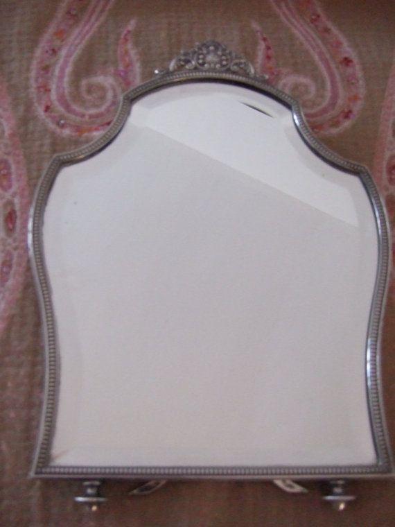 Dieser sehr schöne Silber gerahmt Spiegel ist so elegant, perfekt für einen Schminktisch oder ein seitlicher Spiegel. die Staffelei zurück und die silbernen Strebe ist stark und stehen ohne umzufallen. Formschön mit einem durchbohrten Oberteil mit Schale und Blumen. der Rahmen ist 13/ 33cm hoch und 9 23cm an der breitesten Stelle. Das Silber ist sehr leicht gereinigt worden. Ein schönes Geschenk für einen geliebten Menschen. Dies ist eine schwere Qualität Gewicht knapp 2 kilo