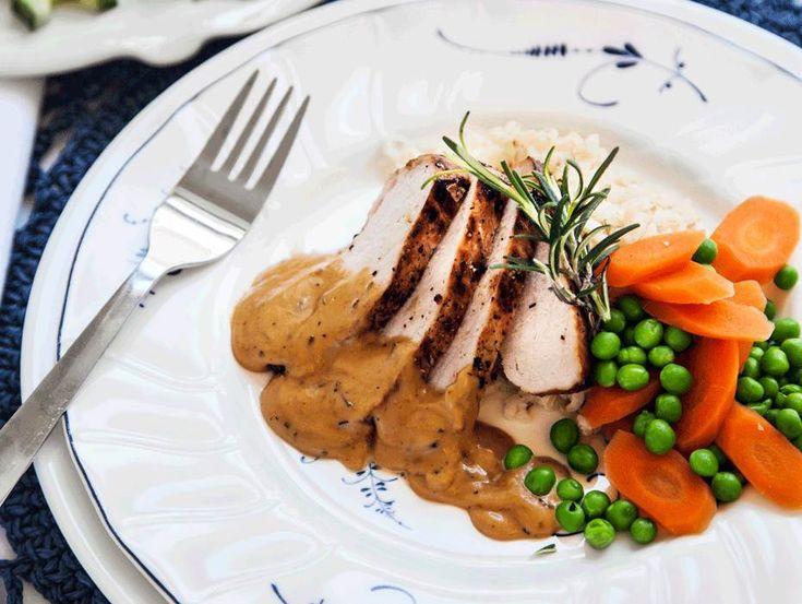 Varmrätt med massor av smaker. Fläskytterfilé med rosmarinsås är en lättlagad rätt som osar lyx! Till vardag eller fest, receptet hittar du hos Tasteline.