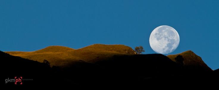 a pocos instantes de esconderse tras la montañas la luna llena de setiembre 276#366fotos http://gorkamartinez.blogspot.com.es/2012/10/276366fotos.html 141x45cm fotoacabado PBC (Fórex) listo para colgar 190$