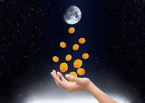 Ритуал на Полнолние для зарядки денежного талисмана для кошелька.  Возьмите денежный талисман - денежнцю мышку, золотую рыбку или ложку-загребушку, положите ее в емкость с водой. Емкость с водой поставьте на лунный свет и представьте, как вода, а следом и ваш талисман напитывается энергией изобилия и богатства. Произнесите:  Как ты полна, моя Луна, Так ты силен мой талисман, Так ты богат мой кошелек.  Воду после этого необходимо вылить на землю, а талисман спрятать в кошелек. Эффективно…