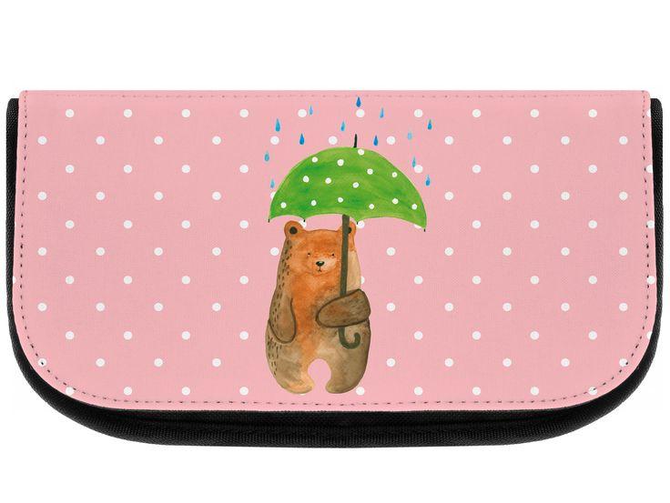 """Kosmetiktasche Bär mit Regenschirm aus Kunstfaser  Natur - Das Original von Mr. & Mrs. Panda.  Eine wunderschöne Kosmetiktasche von Mr. & Mrs. Panda mit getrennten Fächern und Reißverschlussfach an der Vorderseite. Sie ist strapazierfähig, schmutzabweisend und abwaschbar. Bedruckt mit unseren wunderschönen handgezeichneten Motiven. Das dargestellte Zubehör ist beispielhaft und nicht enthalten.    Über unser Motiv Bär mit Regenschirm  """"Ich lasse dich nie im Regen stehen"""" - das gilt für unsere…"""