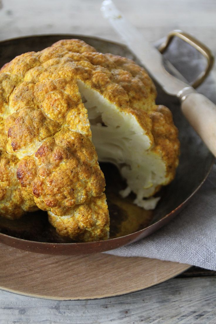 Ovnsbakt blomkål - en rett i seg selv eller tilbehør til grillet kjøtt eller kylling. For denne og andre deilige oppskrifter besøk bloggen Mat på Bordet.