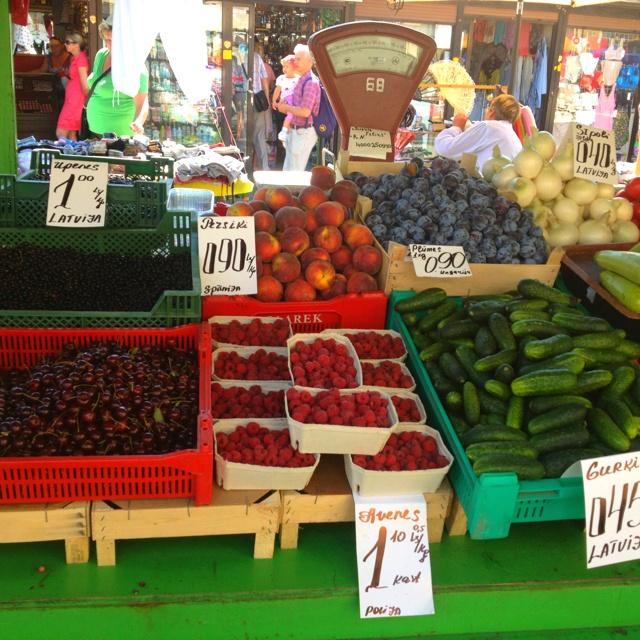 Torilta saa tosi halvalla marjoja, hedelmiä ja kasviksia.