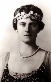Latiara de rubis y diamantes de la reina Alexandrine regalo de su esposo el rey Cristian X de Dinamarca.Laprimera propietaria fue Desire Clary reina de Suecia que la lego a su nuera Josefina de Leuchtemberg .Con Luisa de Suecia pasaria a la casa real danesa y la actual propietaria es la princesa Mary.