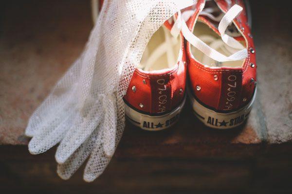 customized red converse for the bride http://weddingwonderland.it/2015/05/matrimonio-rockabilly-colorato.html