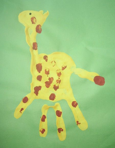 This is a precious idea - giraffe handprint craft