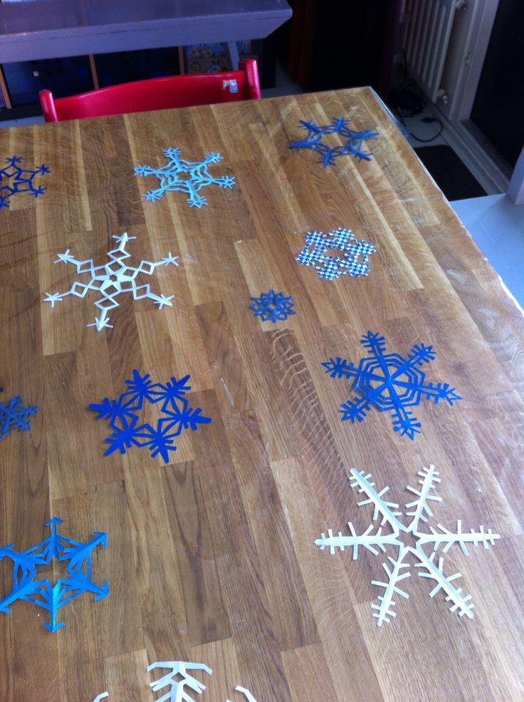 Sneeuwsterren onder plastic tafelkleed.