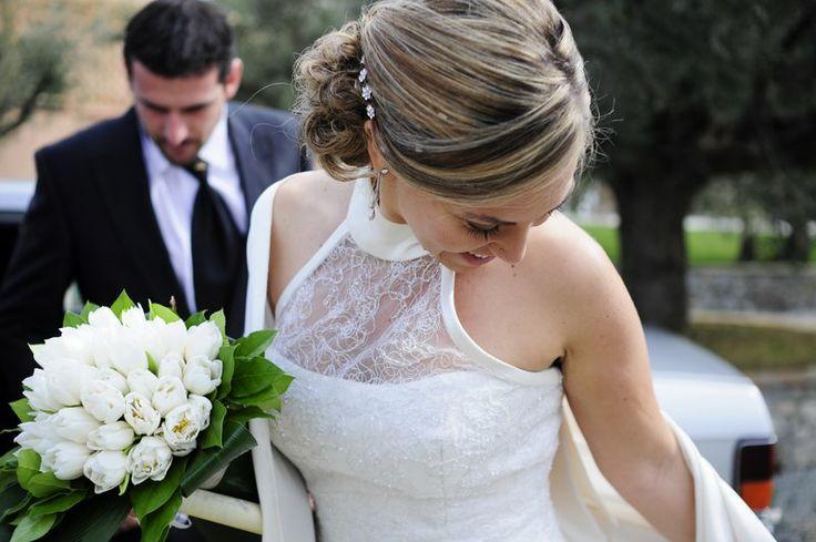 Abito #bianco e bouquet di tulipani #bianchi per la sposa total #white - foto by Foto Bouquet Bologna