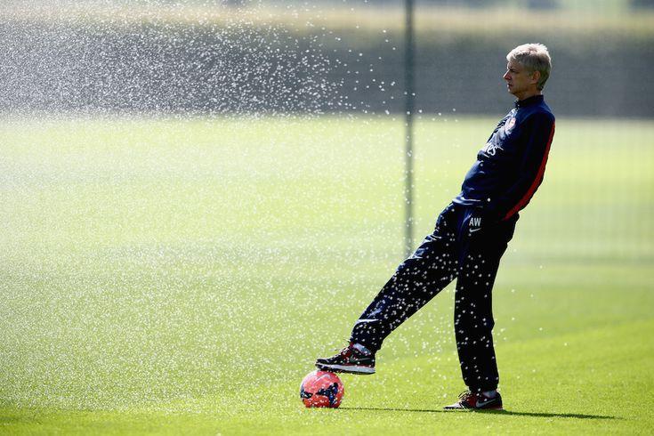 Arsene Wenger, allenatore dell'Arsenal, durante un allenamento della squadra in vista della finale di FA Cup contro lo Hull City, mercoledì 14 maggio 2014, a St Albans, in Inghilterra. (Clive Mason/Getty Images) - Il Post
