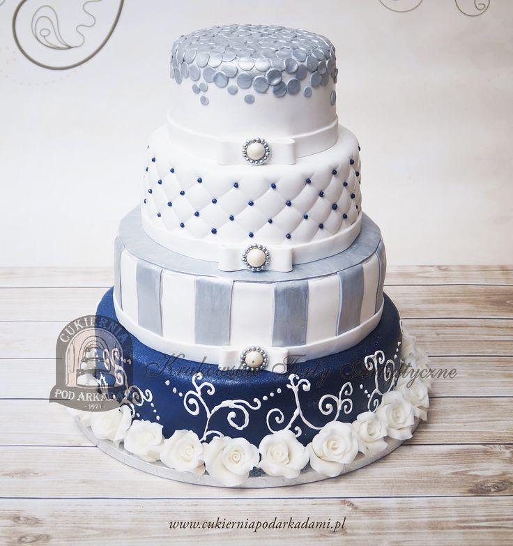 26BW Biało-srebrno-granatowy tort weselny z różnorodnym zdobieniem, dekorowany różami z masy cukrowej. 4-tier silver-white-navy blue wedding cake.