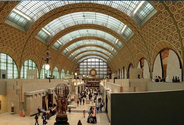 (PARIS) Museu d'Orsay - Localizado na margem esquerda do rio Sena, o d'Orsay está instalado em uma antiga estação ferroviária de Paris, datada de 1900 (o relógio original ainda está lá). Seu principal cartão-postal é a galeria principal, com abóboda decorada e grande entrada de luz natural, de onde se pode começar o passeio entre pinturas, esculturas e fotografias assinadas por grandes mestres como Van Gogh, Rodin, Cezanne, Courbet, Degas, Manet, Monet, Renoir, Klint, Munch.