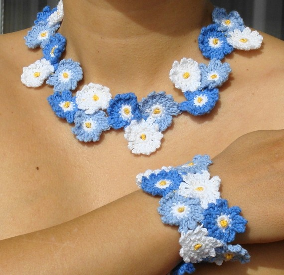 blue and white crocheted flower necklace and bracelet: White Crochet, Crochet Necklaces, Crochet Flowers, Jewelry Sets, Bracelets, Crochet Jewelry, Flowers Necklaces, Forget Me Not, Blue And White