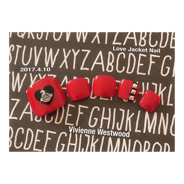 2017.4.10 ヴィヴィアン ラブジャケットネイル  ヴィヴィアンのラブジャケット(漫画のNANAも着てるやつー♡)をイメージしたネイルをしてみましたミ・▲・ミ♡ なんとオール100均ネイルですwww もふにしては珍しくビビッドなカラー。 親指にセリアのヴィヴィアンみたいな新作メタルパーツ! 薬指のデザインはNANAのチョーカー(で合ってるのかな?)をイメージ! ほんとはもっと立体的なスクエアスタッズが良かったけど、普段クールなネイルをやらないので持ってなかった、、、笑 やっぱり今回はパーツ使ってるから前にやったヴィヴィアンのフットネイルよりも、それっぽいw  使用色 ・TMマニキュア レッド ←キャンドゥ ・濃密グラマラスネイルエナメル ブラック ←セリア  #セルフネイル#ヴィヴィアンネイル#セリア新作#セリア新商品#100均ネイル #ほぼ100均ネイル…