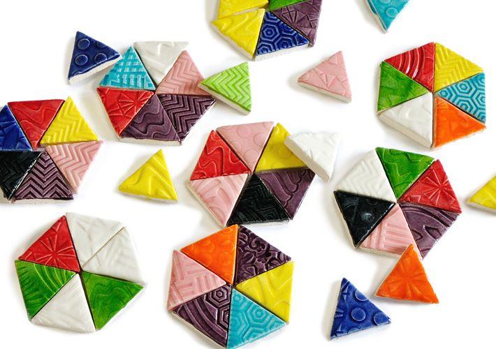 ひとつひとつ手作業でエンボス加工を施した、カラフルな三角形のモザイクタイルです。カリフォルニアのデザインスタジオ「Shannon Cunningham Studio」が手がける、ハンドメイドのオリジナルタイルです。