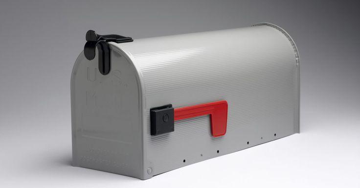 Cómo hacer tus propios buzones de correo bonitos para la acera. Los buzones de la acera hacen su trabajo al guardar el correo hasta que tengas la oportunidad de recuperarlo, pero están lejos de ser adiciones atractivas a tu propiedad. La mejor parte acerca de la apariencia de un buzón es que es un lienzo en blanco. El Servicio Postal de Estados Unidos permite a los propietarios que los decoren de cualquier ...