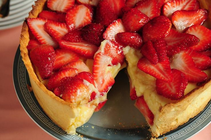 Tarta irresistible de crema pastelera con frutillas frescas.