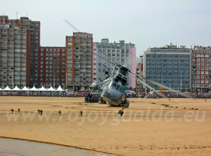Spanish Navy Sikorsky Sea King helicopter. Landing exhibition at the Bay of Gijón (Spain), Armed Forces Day 2007 #rojoygualda