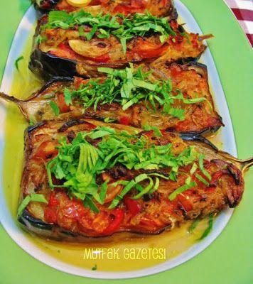 imambayıldı Yaz yemeklerinin en güzellerinden biri olan imambayıldıyı kemer patlıcanı ile yapabilirsiniz. Ancak biz bostan patlıcanını boydan ikiye bölerek yaptık çok da güzel oldu.