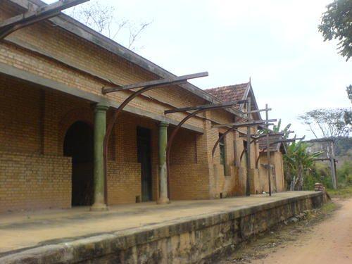 Antiga estação ferroviária Estevão Pinto, em Mar de Espanha, ramal da Estrada de Ferro Leopoldina, inaugurada em 1884, que ligava Pequeri e Mar de Espanha em Minas Gerais, Brasil.  Fotografia: Guilherme H. G. de Rezende.
