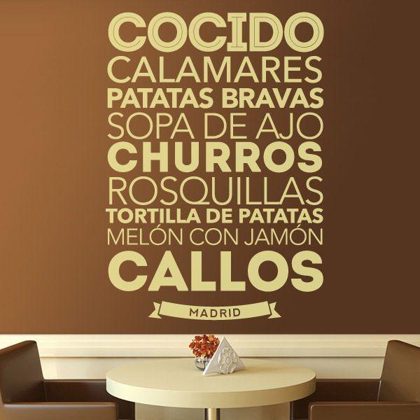 Vinilo decorativo tipográfico temático sobre la gastronomía de Madrid y sus alrededores. Cocido, calamares, churros, patatas bravas, sopa de ajo, rosquillas, tortilla de patatas, melón con jamón y callos. Ideal para bares, restaurantes e incluso para nuestra cocina.