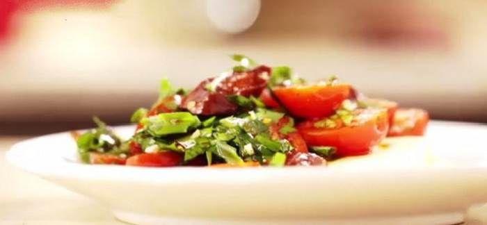 Салат по андалузски из красных помидоров с чоризо
