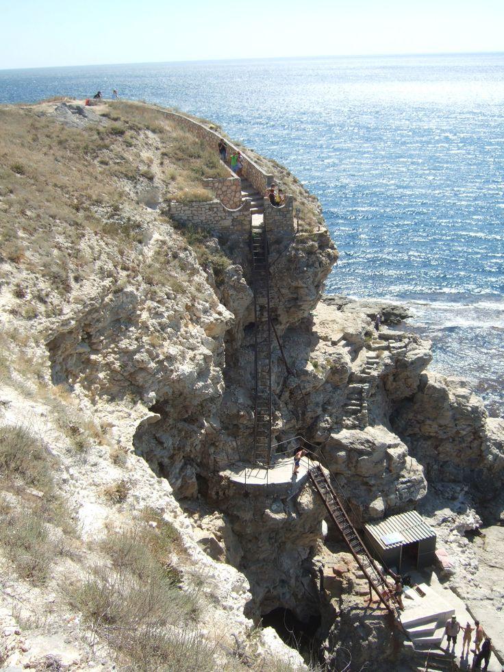 At almost the most western spot of the Crimea (August 2011) Natürliche Barriere für Ankommer von der See. Die Steppe der Krim liegt im Westen etwa 15 - 25 Meter über dem Meeresspiegel. Eisentreppe am fast westlichsten Punkt der Krim (August 2011).