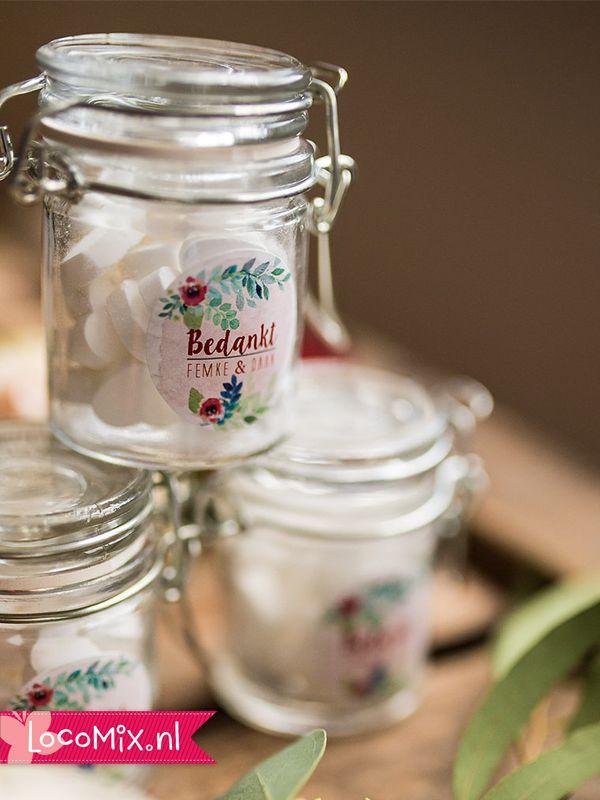 Een leuke huwelijksbedankjes idee: Weckpotjes met snoep! Deze kleine glazen potjes worden gevuld met het snoep van jullie keuze! Daarnaast worden ze ook nog eens beplakt met een gepersonaliseerde sticker in het door jullie gekozen design. Op het bruiloftsbedankje is dus ook plek voor jullie trouwdatum, namen en korte bedanktekst!