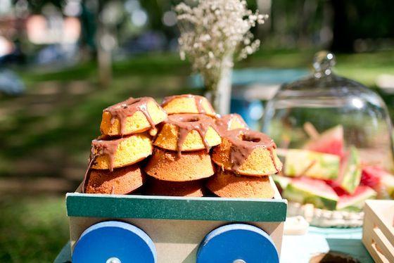 carrinho para colocar mini bolos de cenoura com cobertura de chocolate em festa picnic no parque para menino de cinco anos! Lindo de morrer!