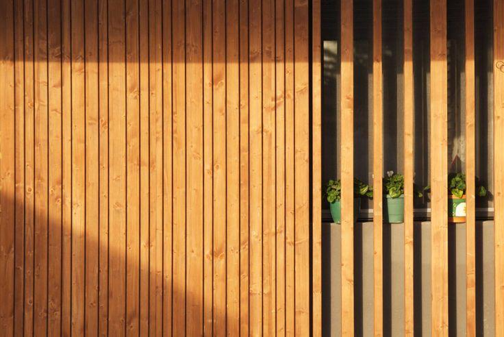 Casa unifamiliar en Alpicat (Lleida). Proyecto de 2009 en colaboración con Carles Enrich. Fachada de madera.