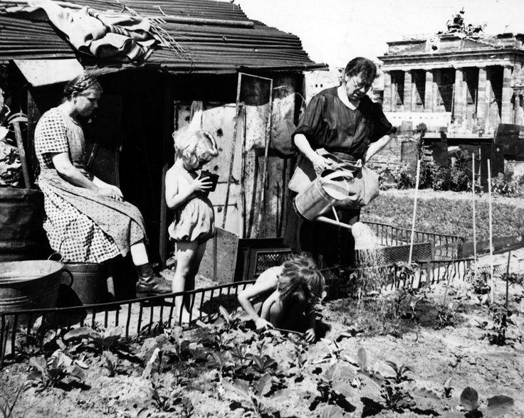 1946 Ein Kleingarten Am Brandenburger Tor Nachkriegszeit Berlin Kriegerin