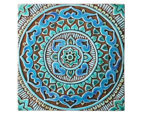 Muur opknoping gemaakt van keramiek geschikt voor interieurs en exterieurs. Deze unieke keramische tegels zijn een echte verklaring stuk aan uw tuin of terras, als individuele verklaring kunstwerken of als alternatief gegroepeerd om grotere installaties.  Deze wandkleden zijn gesneden in diep reliëf met behulp van de hoogste kwaliteit aardewerk. Onze keramische tegels zijn hand geschilderd waardoor elk een echt uniek.  Onze kunst aan de muur is gemakkelijk opgehangen, deze tegels hebben een…