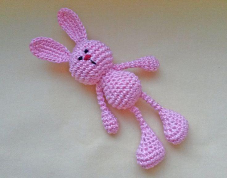 Chrastítko Zajíček Háčkované chrastítko pro ty nejmenší. Roztomilý zajíček je uháčkovaný z bavlněné příze a plněný dutým vláknem - nealergenními PES kuličkami. Neobsahuje žádné malé části. Hračka je vhodná pro děti od 0 měsíců a svými rozměry padne do malých ručiček jako ulitá. Zajíčka je možno zavěsitna kočárek. Celková výška zajíčka je ...