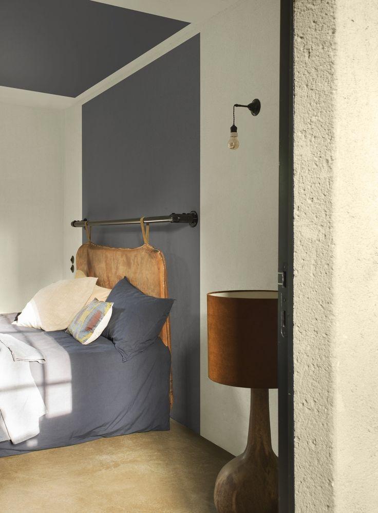"""""""In deze slaapkamer schilderde ik achter het bed een vlak in dezelfde tint als mijn linnen. Het bed wordt zo één met de kamer waardoor er een soort geborgenheid ontstaat. Ideaal om de dag af te sluiten."""""""